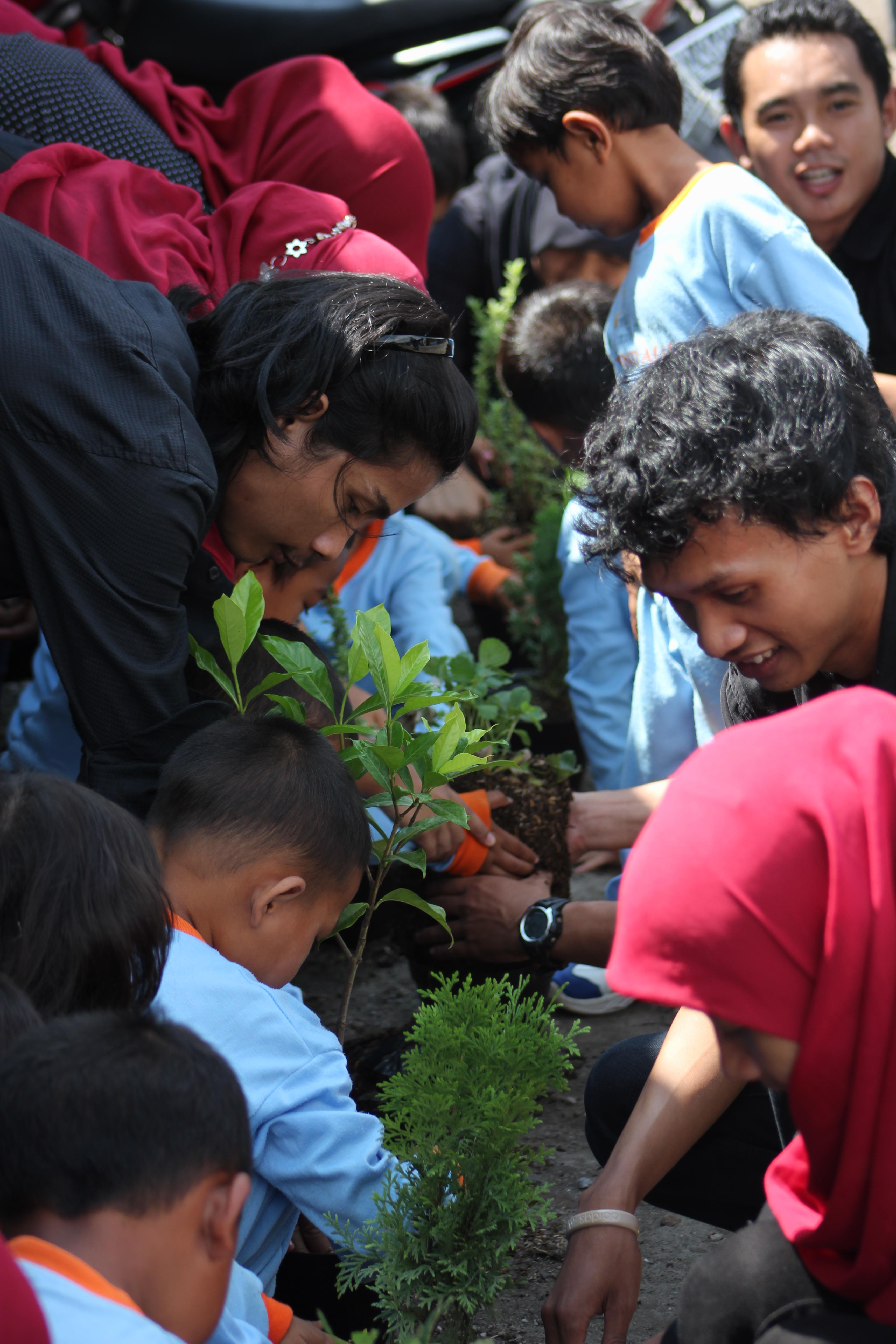 Peduli Lingkungan Ajarkan Anak Menanam Pohon Universitas