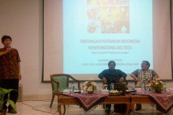 """Wakil Rektor I UMY, Dr. Gunawan Budiyanto Membuka Acara Seminar Nasional """"Pertanian Indonesia Menghadapi AEC 2015"""