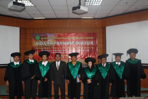 Dr. D. Suryatman foto bersama Tim Penguji Sidang Doktoral