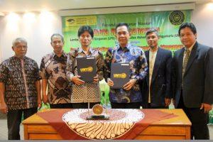 Wakil Rektor I UMY, Dr. Gunawan Budiyanto bersama dengan  Direktur Eksekutif Administrasi dan Sistem Informasi LPS, R. Budi Santoso seusai penandatanganan MoU