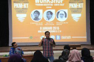 Pembina Tim PIMNAS UMY Sugito, S. IP., M. Si saat menyampaikan materi workshop Program Kreatifitas Mahasiswa di depan peserta workshop mahasiswa UMY.