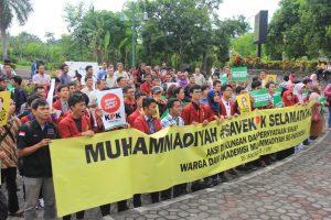 Ratusan Mahasiswa UMY saat melakukan aksi dukung KPK di halaman Gedung AR. Fachruddin A dan B UMY dihadapan pangung orasi dukung KPK. #saveKPK