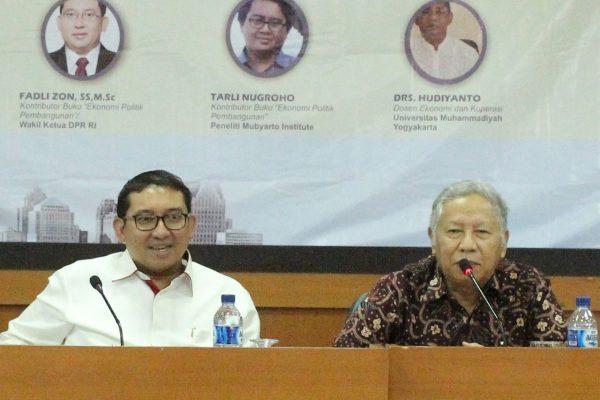 Wakil Ketua DPR RI Fadli Zon, SS., M.Sc dan Prof. H. M. Dawam Rahardjo saat menjadi pembicara dalam acara bedah buku Ekonomi Politik Pembangunan di Gedung AR. Fachruddin B lt 5 Universitas Muhammadiyah Yogyakarta